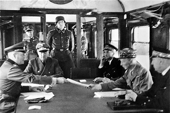 第二次世界大战期间,法德停战协议在福熙元帅车厢签字 (摄于1940年6月22日)