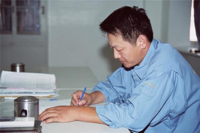 2005年,卢海军正在查阅资料,对施工工艺进行改进