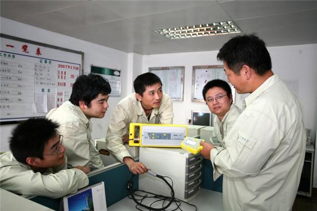 2007年,卢海军向班员传授施工技艺