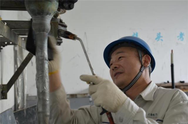 2014年,卢海军为班员进行搪铅工艺示范