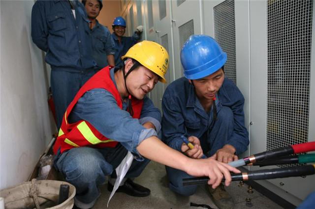 2007年,卢海军在施工现场指导工作