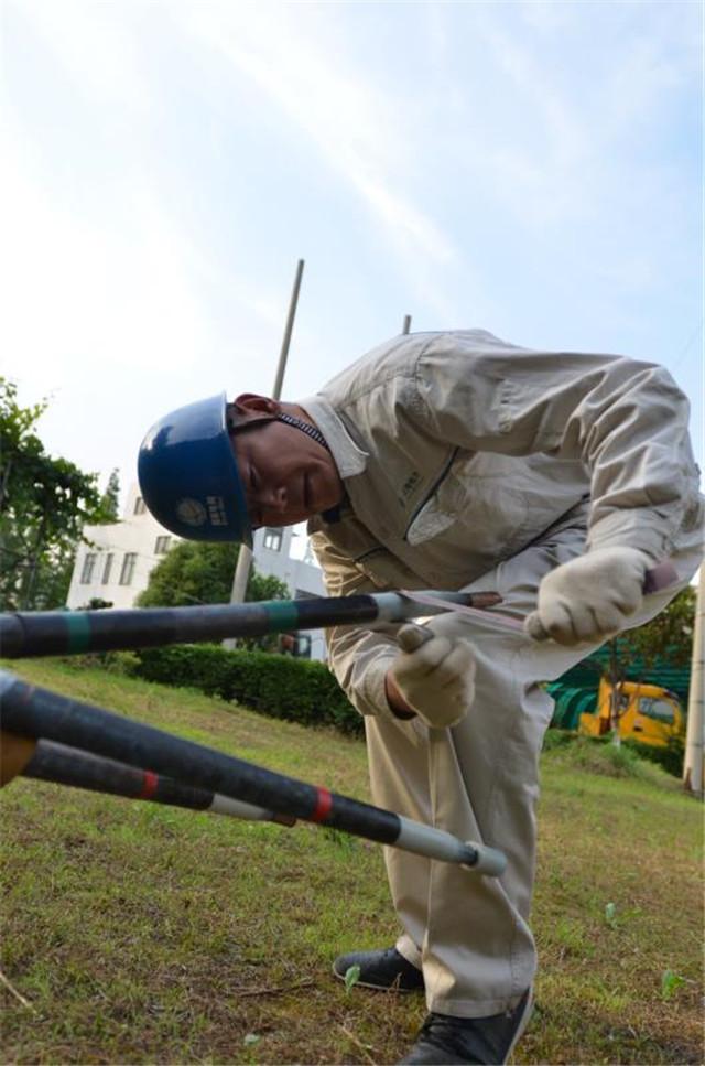 2014年,卢海军为班员进行电力电缆接头示范
