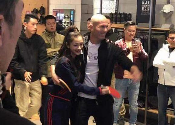 """围观打麻将、和Angelababy打乒乓!齐达内上海行太""""接地气""""了"""