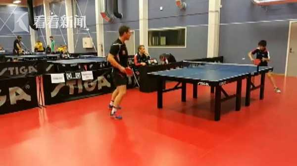 视频|神球技!少年为救球滚桌底 高举乒乓拍接住一球