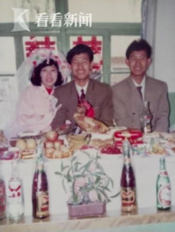赵宏玲、金哲宏结婚照,右一为金哲松