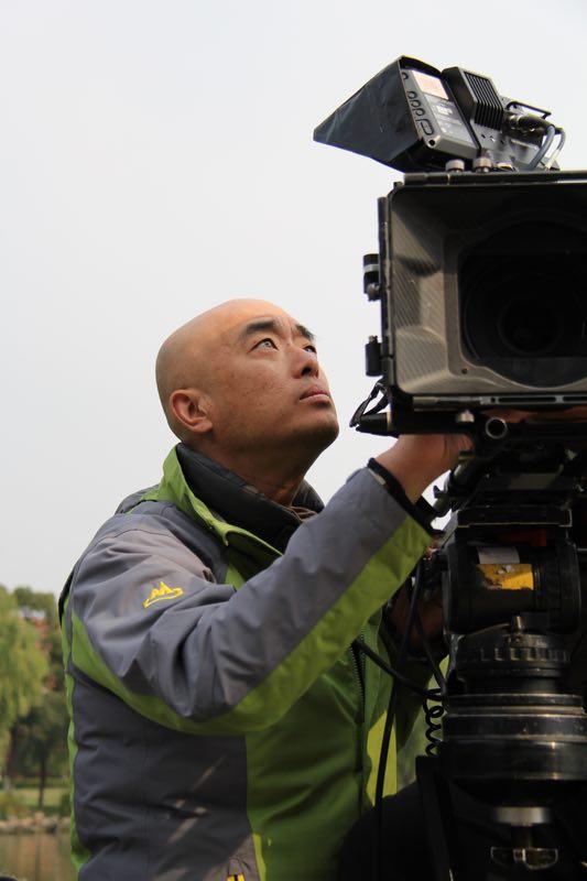 拍摄低成本电影,郑大圣在有限条件内精益求精,不断探索新的艺术方法,用新的视角和形式讲述着历史故事。