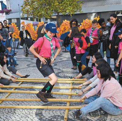 阿威罗大学孔子学院的学生表演竹竿舞