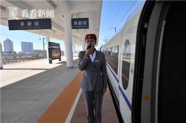 京沈高铁列车与乘务员