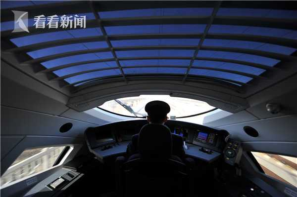 京沈高铁列车驾驶室