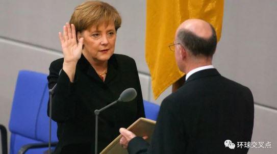 2005年11月默克尔宣誓就职成为德国第一位女总理