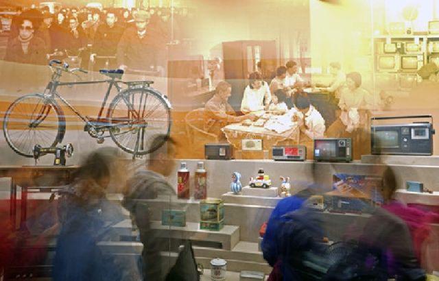 """12月2日,在""""伟大的变革——庆祝改革开放40周年大型展览""""的""""历史巨变""""展区,观众被展现日常生活变化的展品吸引。新华社记者沈伯韩摄"""