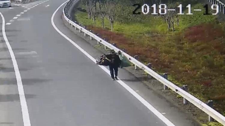 为到上海打工 76岁老汉挑着行李徒步上高速