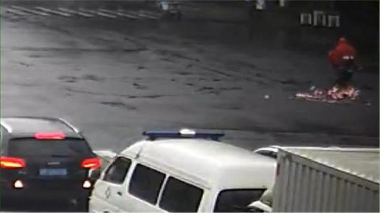 电动车经过路口撒落3万元现金 警方全城寻找失主