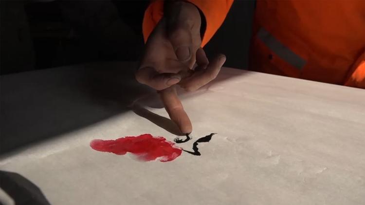 高手在民间!54岁环卫工手掌作画绘出近万幅作品