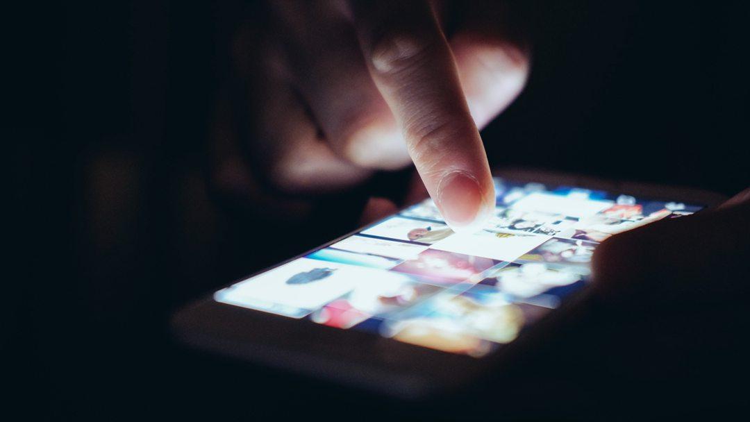 英媒:苹果谷歌售卖手机App 可窥探伴侣 跟踪定位