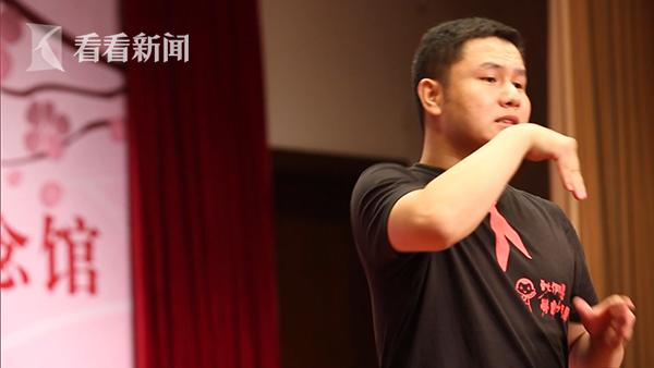 郑小三在用手语交流