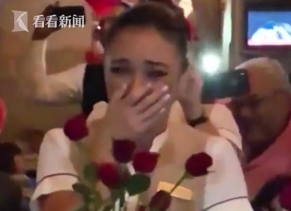澳门百家樂官网,视频|超甜!男子发动整架飞机乘客 浪漫求婚空姐女友