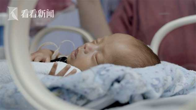 危重产妇生下的1005克早产儿躺在上海儿童医学中心NICU的保温箱里。
