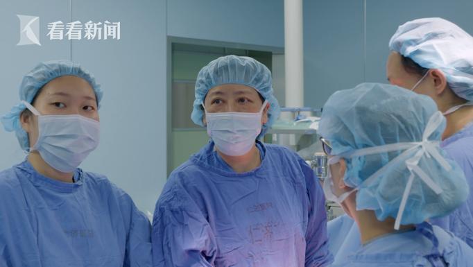 林建华正在进行手术,该产妇术中出血10000毫升,相当于血换了三遍。