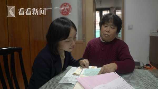 钱凤梅向记者展示账本