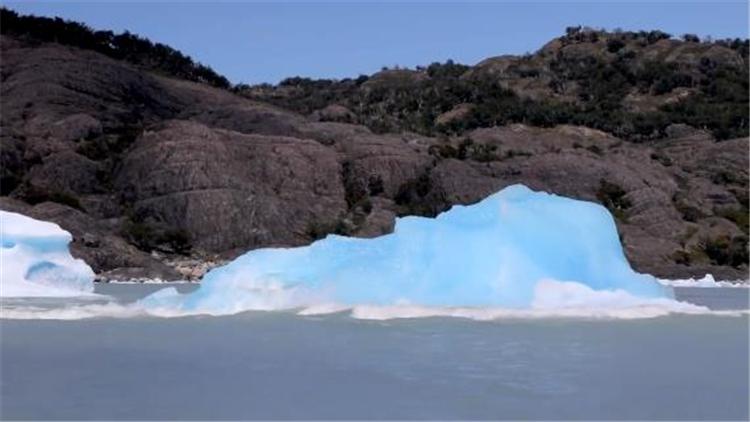 """冰山""""翻身""""见过吗?雪白冰川下竟是梦幻蓝冰"""