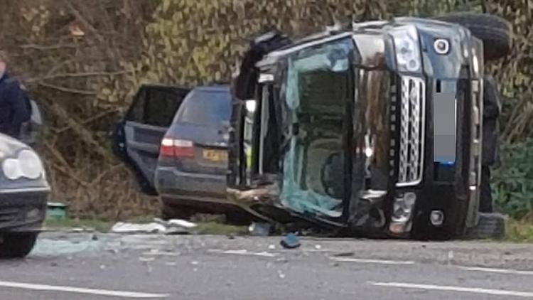 97岁菲利普亲王开车遇车祸 整辆车侧翻满地玻璃