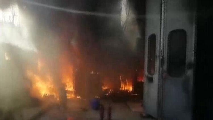 汽修厂突发大火 正做烤漆的百万玛莎拉蒂被烧毁
