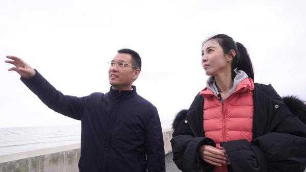 汤臣栋为舞蹈家朱洁静介绍生态修复后的东滩