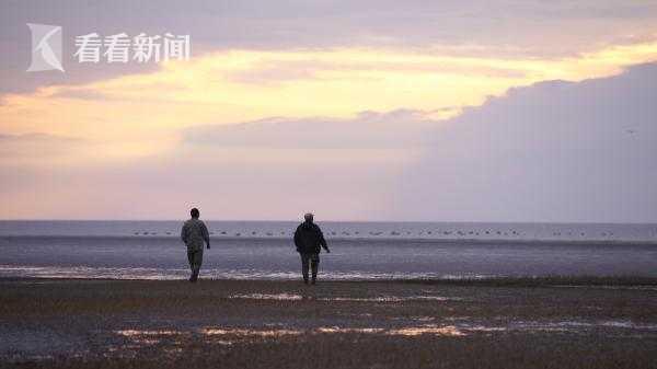 长江、东海交汇处,老金和老倪正走在东滩的铁板沙上