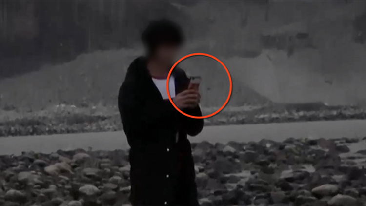 男子抽烟玩手机等救援 民警怒吼:有人在冒死救你