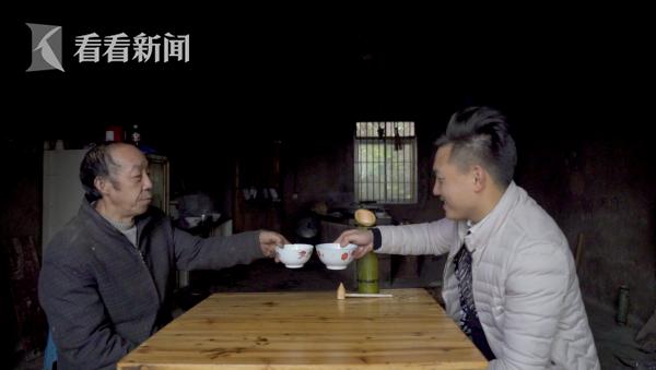 老杨和小杨一起品尝刚收获的竹酒