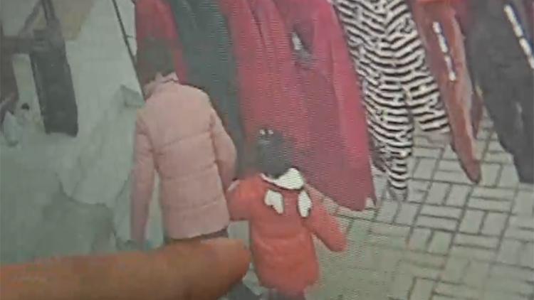 怒!不到1分钟 5岁女童被聋哑妇女拿玩具拐走…