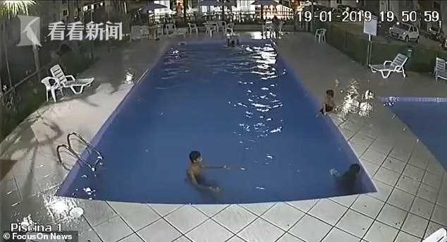 必威体育ios官方网站_视频|三岁男童溜进泳池深水区溺水 保安飞扑一把抓起