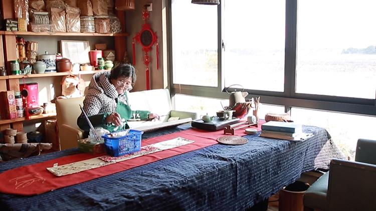 72岁上海阿婆放下锄头学油画 两年自办画展