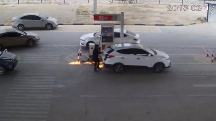 越野车加油时突然起火 女员工仅用17秒成功扑灭