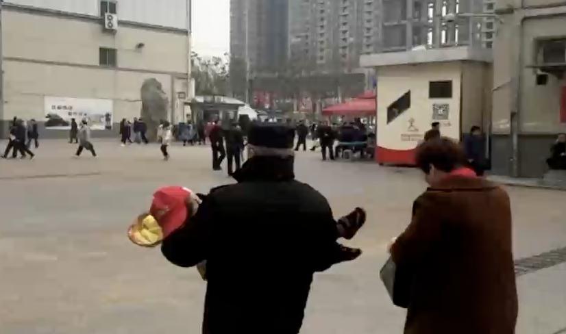 视频|保姆抱男童跪地求救 保安接过孩子冲去抢救