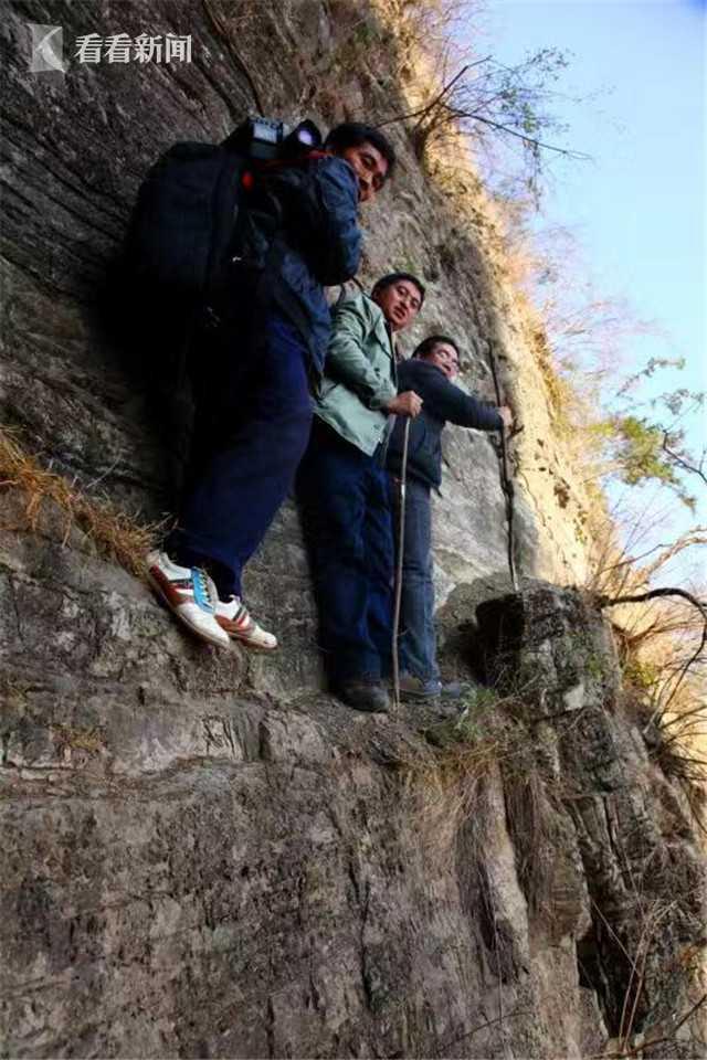 作者一行人在前往悬崖村途中