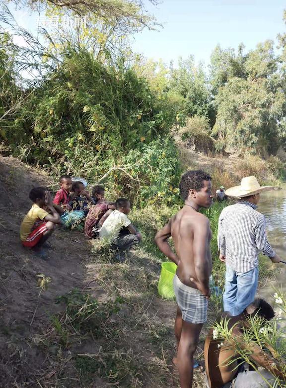 黄东胜和孩子们在河边钓鱼