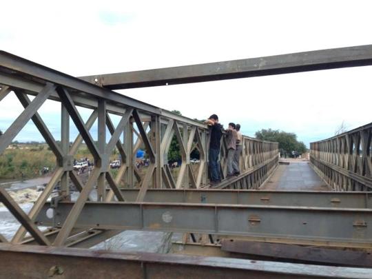 桥坏了要靠自己攀爬过去