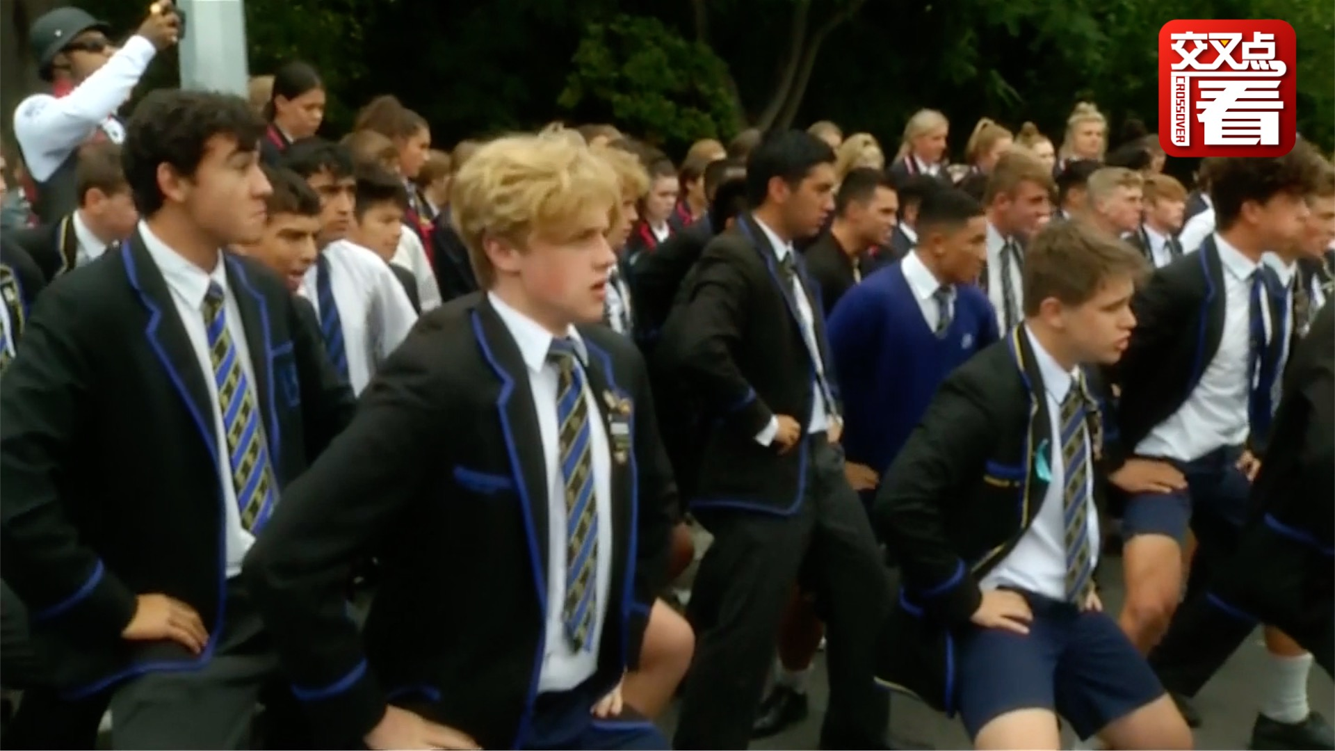 感人!新西兰枪击案后中学生跳毛利战舞悼念逝者