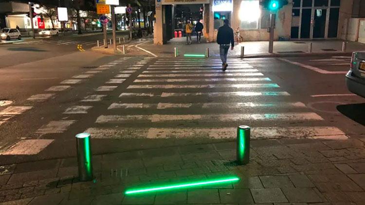 """为拯救低头族 以色列装""""躺地上""""的交通信号灯"""