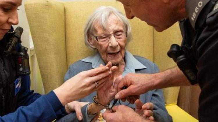 104岁老人的愿望是被逮捕 警察:让你梦想成真