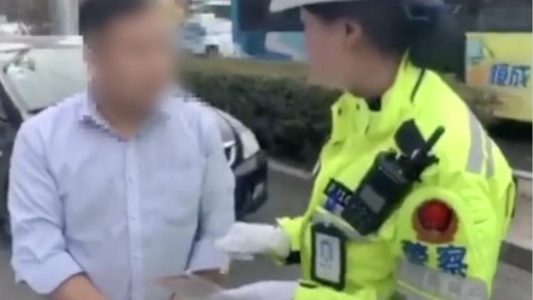 男子违停被贴罚单后公然辱警 女交警连发灵魂8问