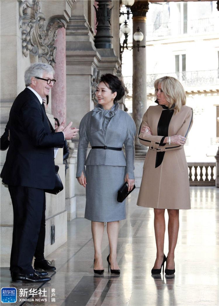 当地时间3月25日,国家主席习近平夫人彭丽媛在法国总统夫人布丽吉特陪同下参观位于巴黎市第九区的法国巴黎歌剧院。 新华社记者 丁林 摄