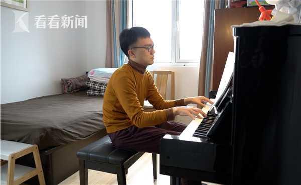 博涵在家練琴