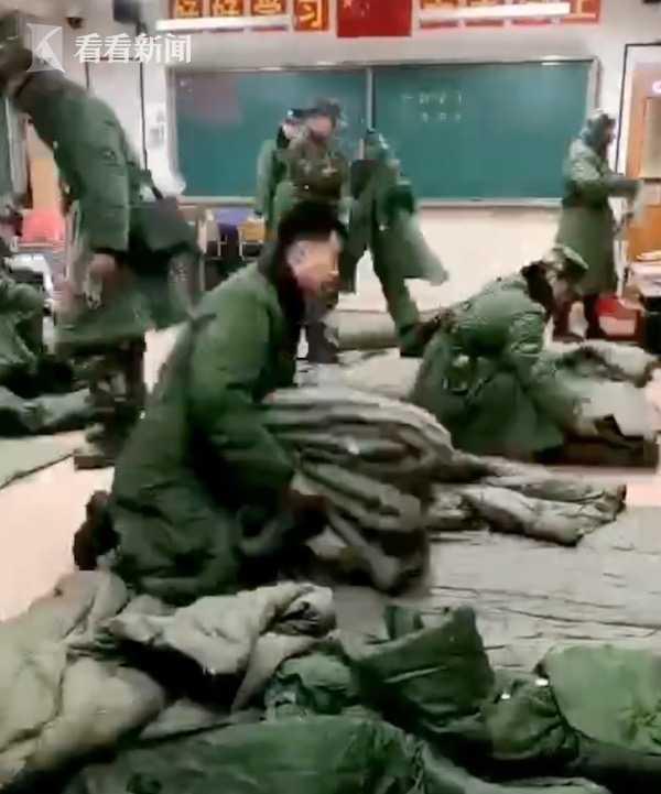 视频|山林大火救援官兵夜宿学校 黑板上留下感人话语