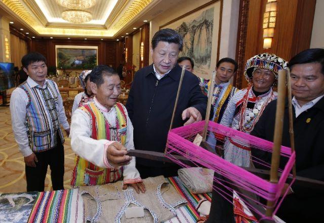 2015年1月20日,習近平向獨龍族群眾代表詢問民族特有生產工具使用情況