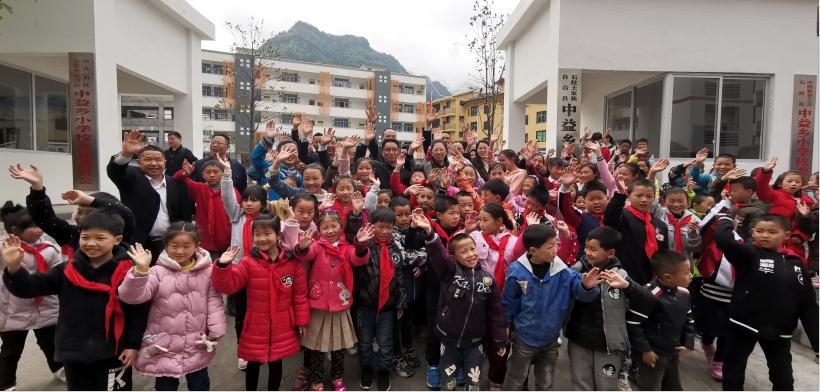 总书记离开学校后,师生们聚在学校门口,久久舍不得离开。