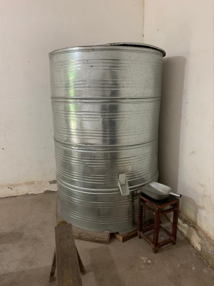 马培清家的储粮桶装满了稻谷。