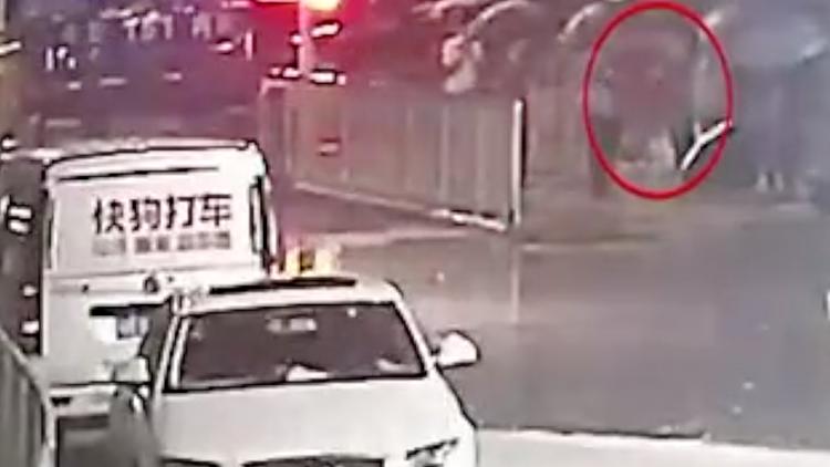 醉酒司机连撞四车 下车后第一件事竟是去买烟